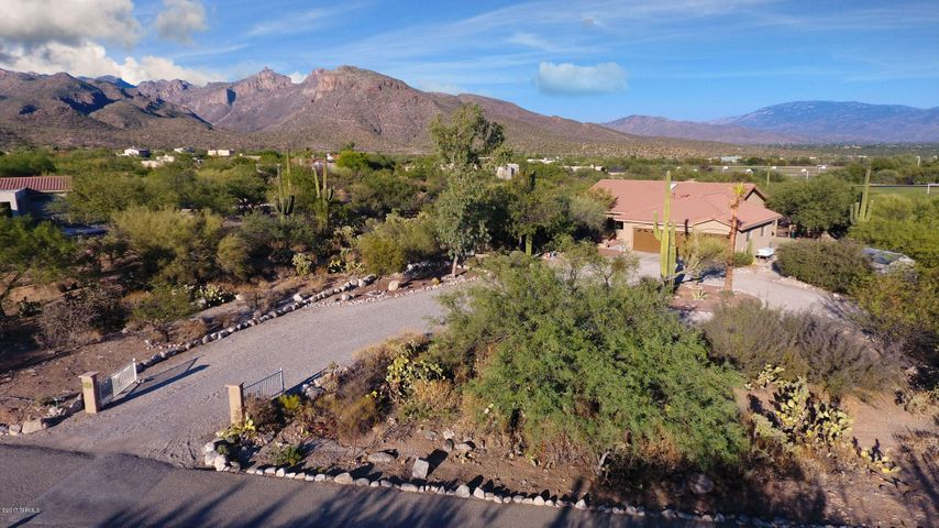 Great location! Close to schools and Sabino Canyon Recreation Area.