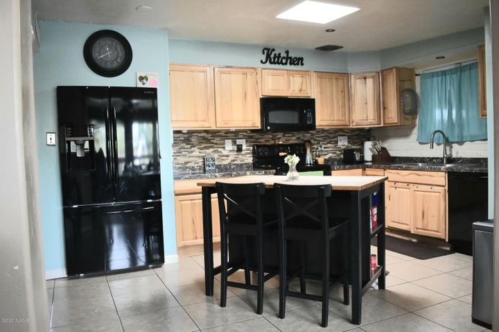 Remodeled Kitchen w/All appliances (Black), center island with breakfast bar and skylight