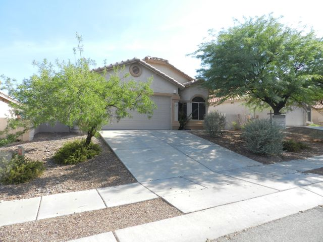 Oro Valley - Rancho Vistoso Neighborhood - 1521 sq.ft., 3 Bedroom w/Den, 2 Bathroom, Split Bedroom Floor Plan, Vaulted Ceilings, Kitchen with Island, Open View to Living Area, Dining Area, Large Pantry, Washer/Dryer, Tile & Carpet  Throughout. Nice Backyard with Mature Landscaping, Covered Patio, 2 Car Garage. Walking Distance to Community Park, Minutes from Oro Valley Shopping, Hospital, Schools, and Library. Call to schedule an appointment.