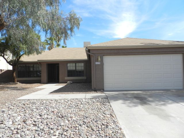 Northwest Tucson -4 Bedroom, 2 bathroom, 2 Living Areas, Contemporary style, Large master bedroom with large walk-in closet, dual vanity, garden tub, and separate shower, ceiling fans, kitchen with all black electric appliances, All tile floors, 2 car garage, easy care front yard and backyard. Pets considered.