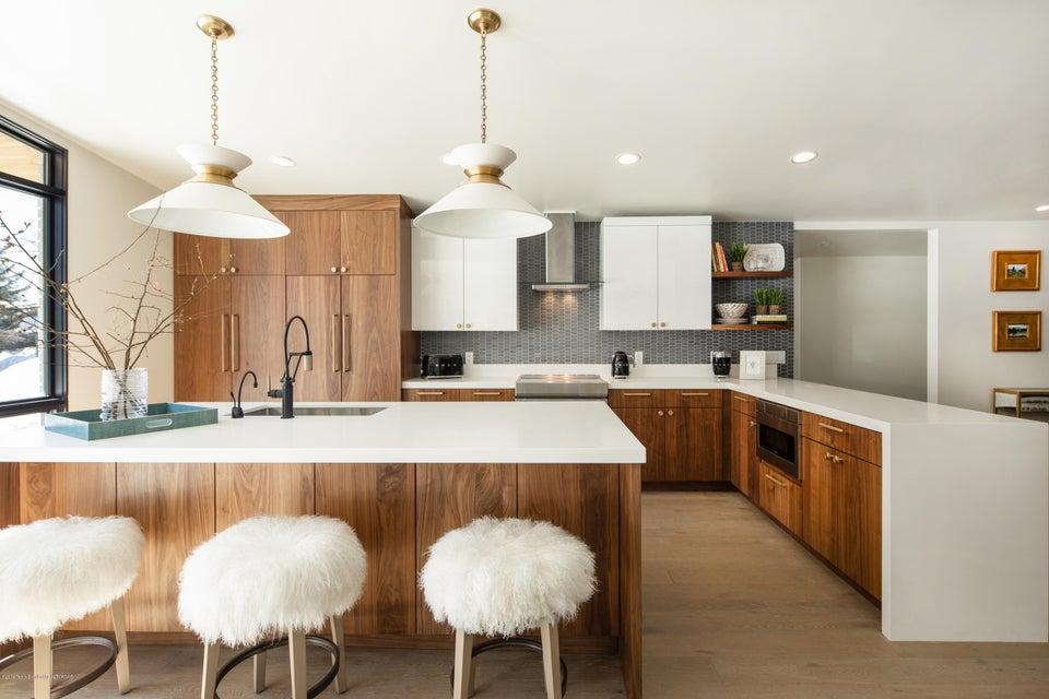2 Kitchen with Breakfast Bar