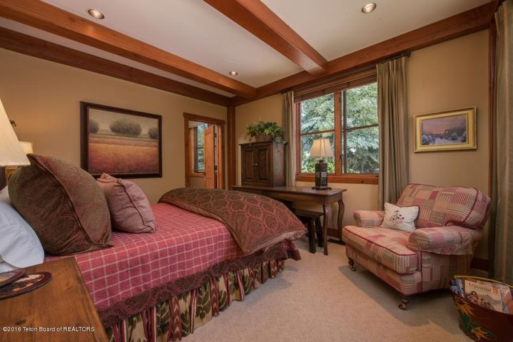 21 Guest Suite Bedroom