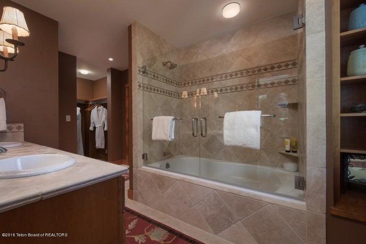 23 Guest Suite Bath