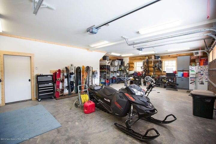 Weeks - Spacious garage