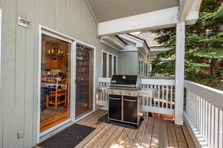 Spacious grilling deck