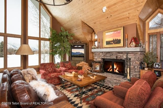 2. White Pine Lane Living Room (640x427)
