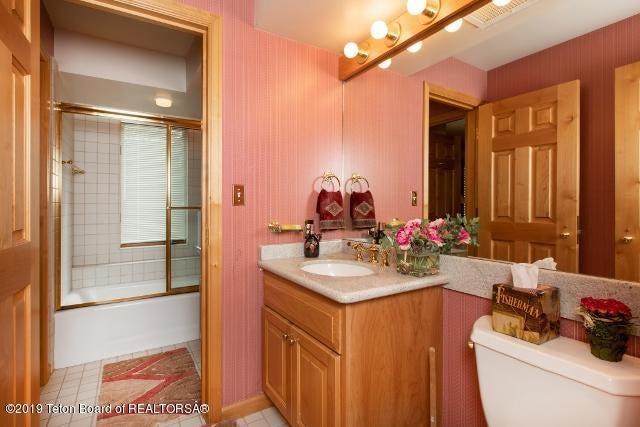 11. White Pine Lane Bathroom 2 (640x427)