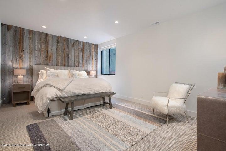 19 Reclaimed Wood Guest Bedroom
