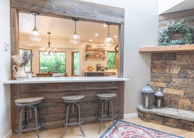 Eat-in kitchen/bar