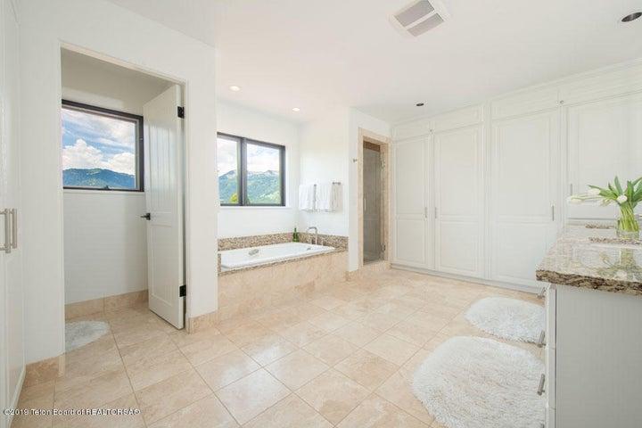13 Master Bathroom H2O Closet, Tub + Sho