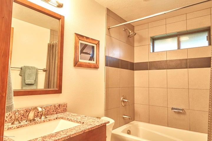 6. 465 Flat Creek Upstairs Hall Bath