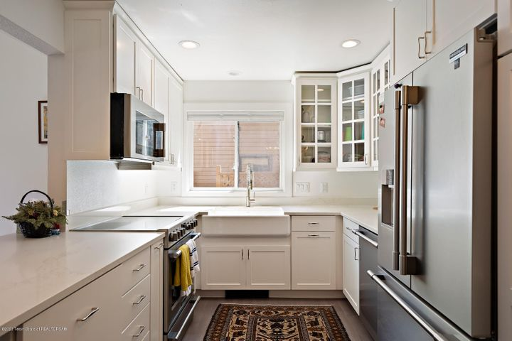 Kitchen w granite counter tops