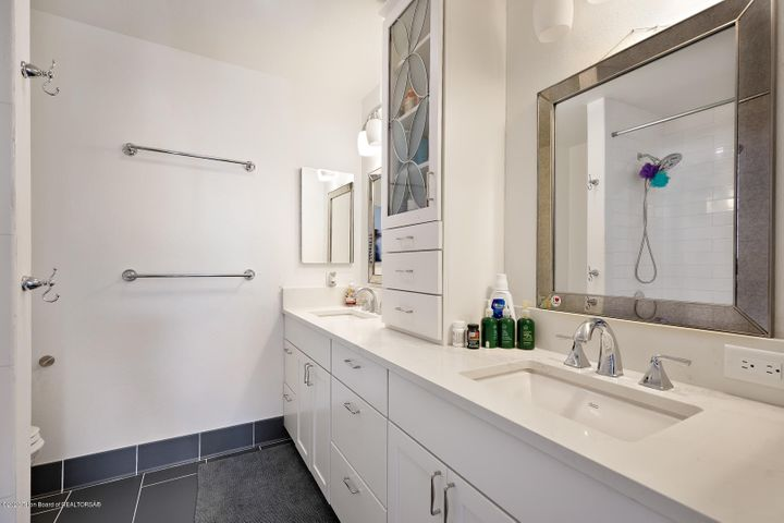 Large shared bathroom w jetted tub