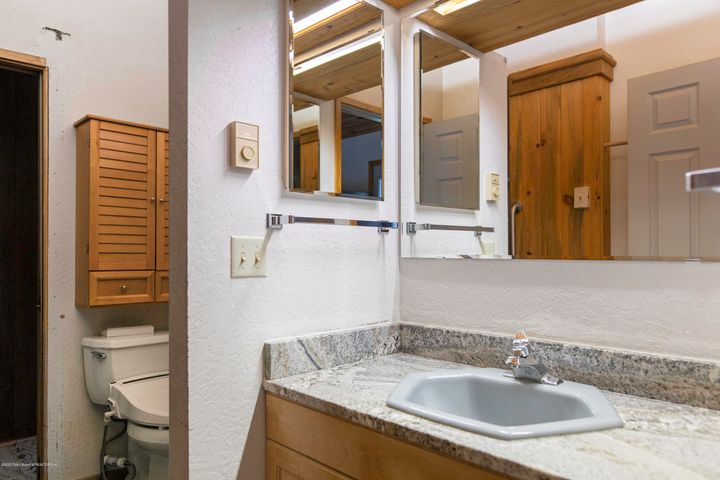upper level master bathroom