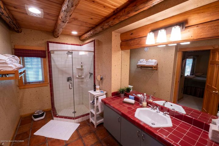 Guest Room 2 En Suite Bath