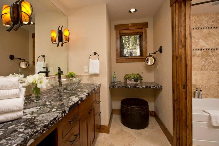 Blue Moose Lodge En-Suite Bathroom