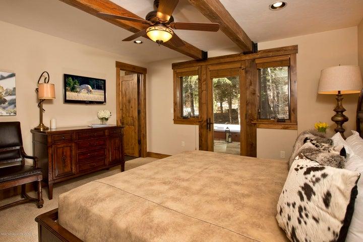 Blue Moose Lodge Master Bedroom with Kin