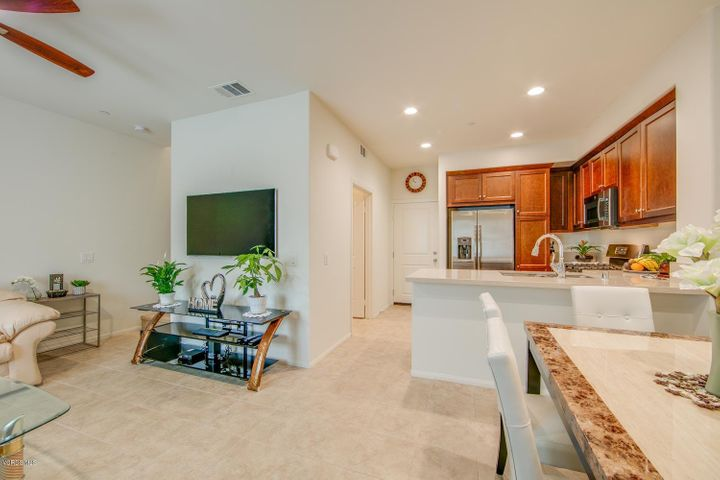 Ultra-modern kitchen, tons of upgrades