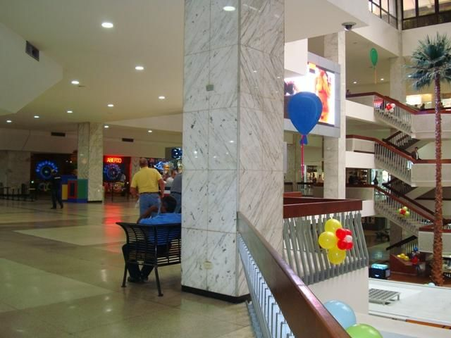 Local Comercial Distrito Metropolitano>Caracas>Chuao - Venta:2.442.903.000.000 Precio Referencial - codigo: 15-9476