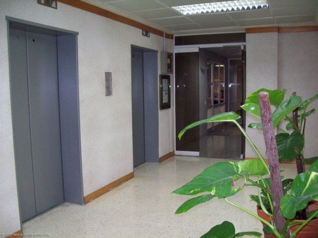 Oficina Zulia>Maracaibo>5 de Julio - Venta:288.606.000.000 Precio Referencial - codigo: 15-14967