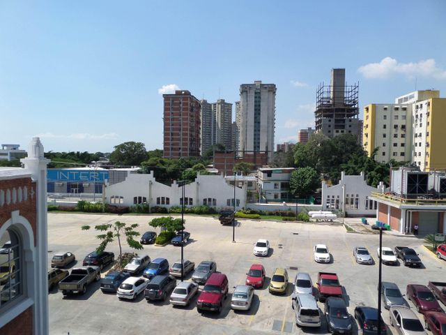 Negocios y Empresas Aragua>Maracay>Avenida Constitucion - Venta:110.420.534.000.000 Bolivares - codigo: 15-16152