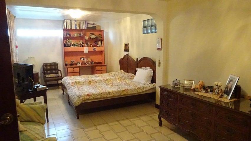 Casa Distrito Metropolitano>Caracas>Santa Sofia - Venta:113.159.000.000 Bolivares Fuertes - codigo: 15-16393
