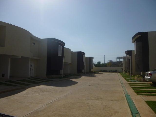 Townhouse Zulia>Ciudad Ojeda>La 'L' - Venta:4.512.000.000 Bolivares - codigo: 15-10585