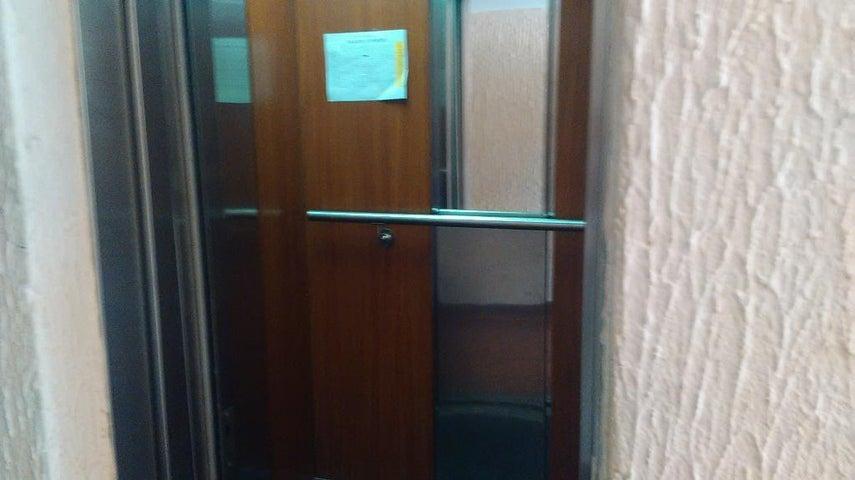 Apartamento Zulia>Maracaibo>Circunvalacion Uno - Venta:200.000.000 Bolivares Fuertes - codigo: 16-12182