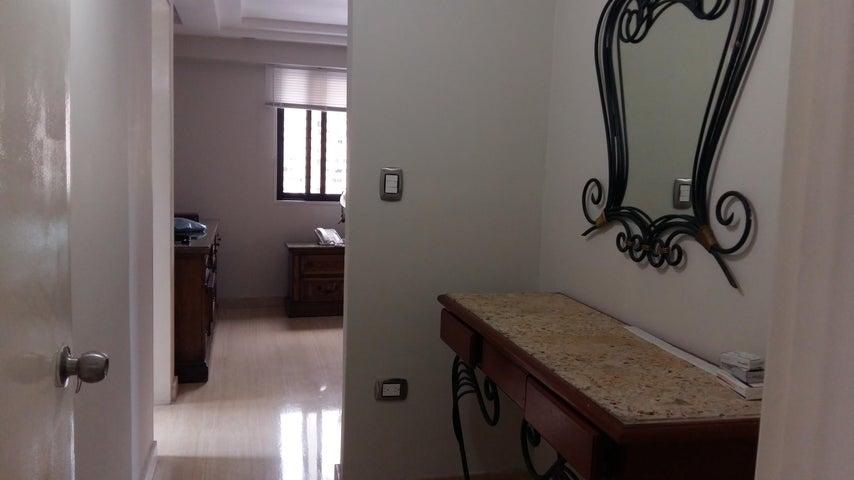 Apartamento Distrito Metropolitano>Caracas>Los Dos Caminos - Alquiler:1.800 Precio Referencial - codigo: 16-13757