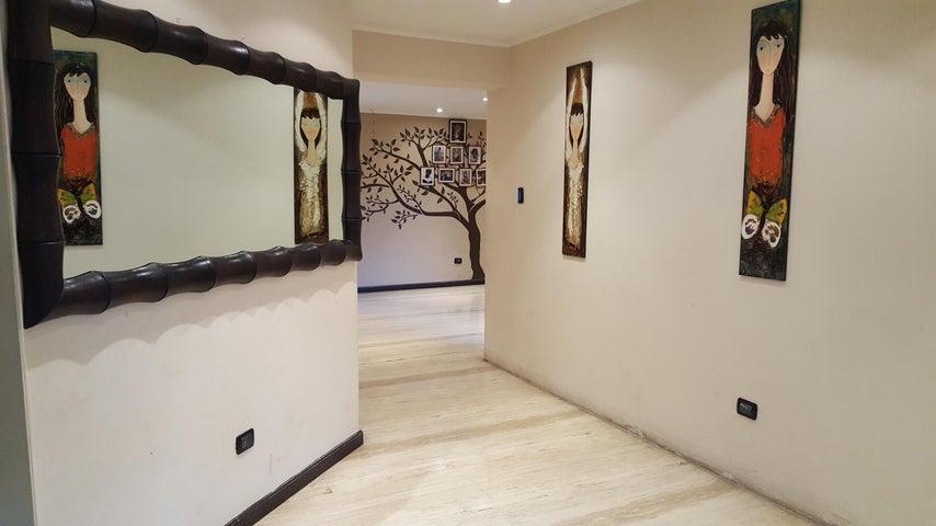 Casa Distrito Metropolitano>Caracas>La Floresta - Venta:488.581.000.000 Precio Referencial - codigo: 16-15470