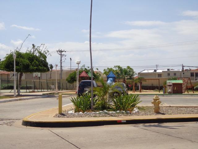 Townhouse Zulia>Maracaibo>Avenida Milagro Norte - Venta:13.535.000.000 Bolivares - codigo: 16-17500
