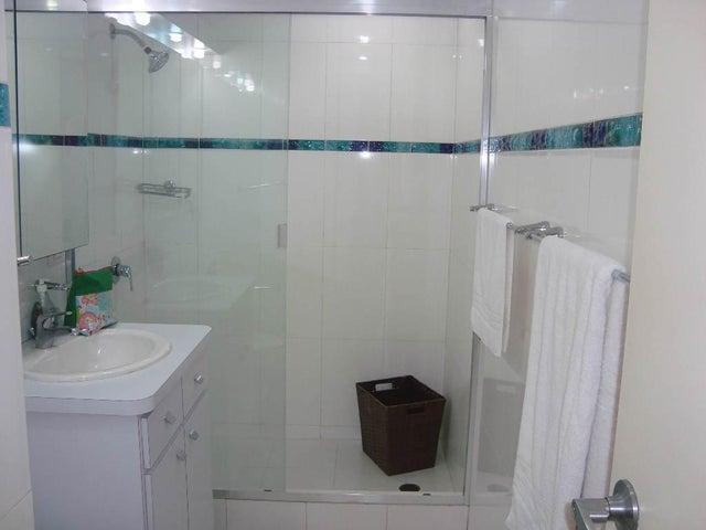 Apartamento Distrito Metropolitano>Caracas>Country Club - Venta:112.793.000.000 Bolivares Fuertes - codigo: 17-8141