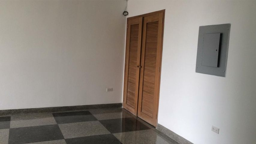 Oficina Zulia>Maracaibo>Avenida El Milagro - Alquiler:2.172.000.000 Precio Referencial - codigo: 18-332