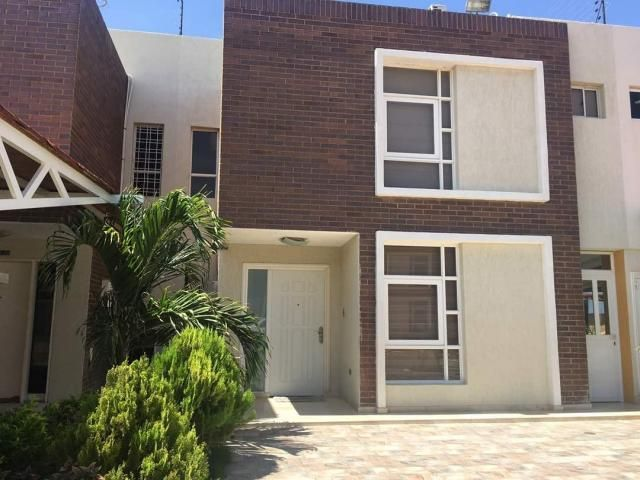 Townhouse Falcon>Punto Fijo>El Cardon - Venta:165.000 US Dollar - codigo: 18-401