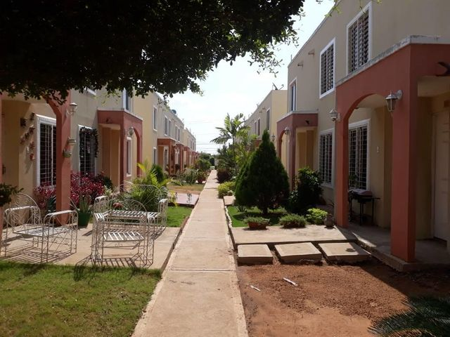 Townhouse Zulia>Maracaibo>Via La Concepcion - Venta:553.000 Precio Referencial - codigo: 18-527