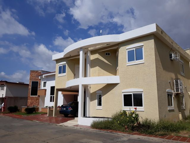 Townhouse Zulia>Ciudad Ojeda>Piar - Venta:85.000 Precio Referencial - codigo: 18-887