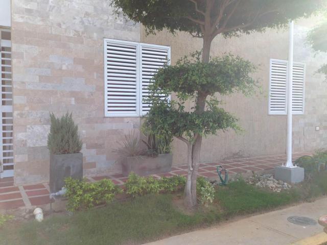 Townhouse Zulia>Maracaibo>Avenida Goajira - Alquiler:200 Precio Referencial - codigo: 18-4598