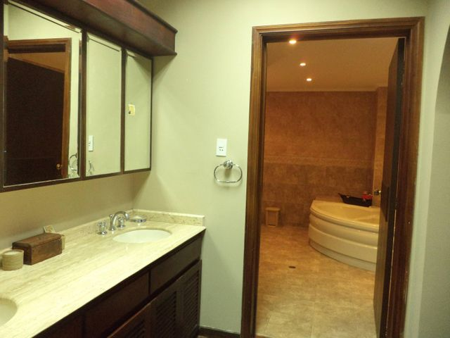 Apartamento Zulia>Maracaibo>Avenida El Milagro - Venta:130.000 Precio Referencial - codigo: 18-5066