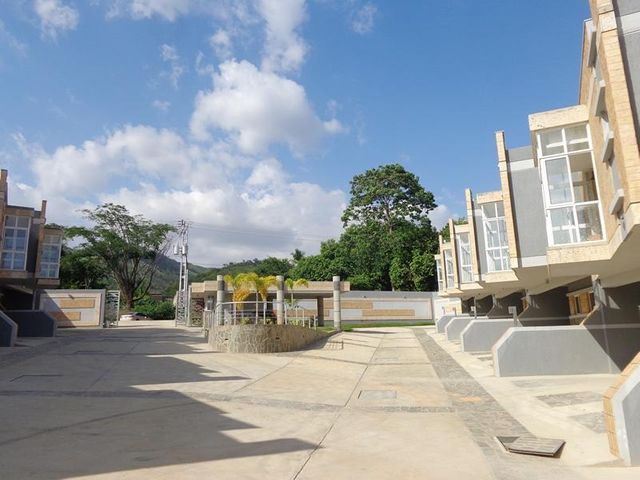 Townhouse Carabobo>Valencia>Colinas de Guataparo - Venta:79.000 US Dollar - codigo: 18-8181