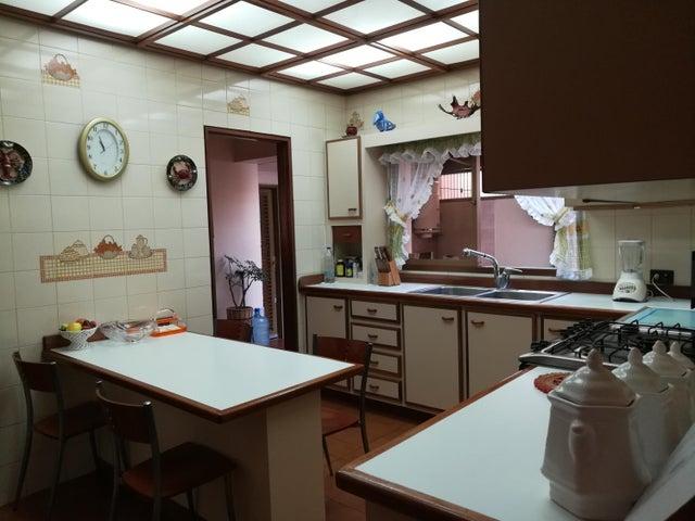 Casa Distrito Metropolitano>Caracas>Colinas de Bello Monte - Venta:200.000 Precio Referencial - codigo: 18-14407