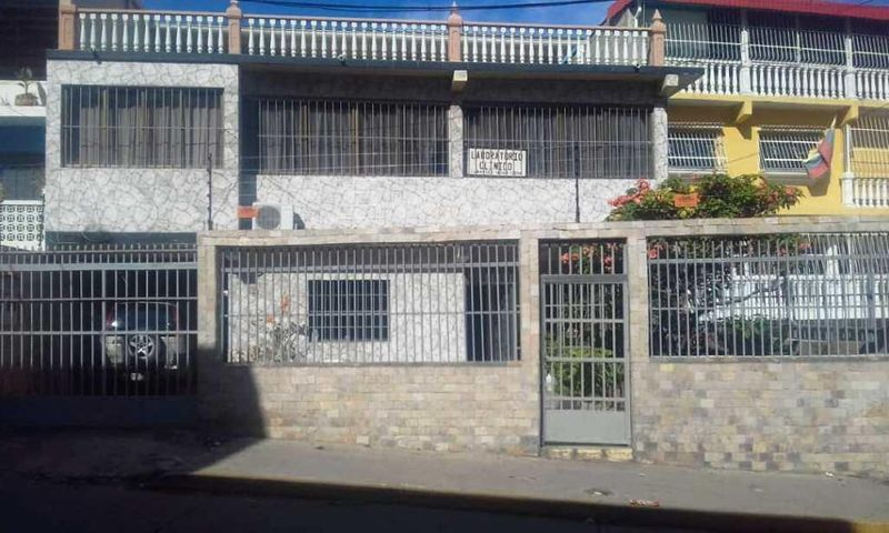 Casa Vargas>Catia La Mar>Playa Grande - Venta:60.000 Precio Referencial - codigo: 18-15282