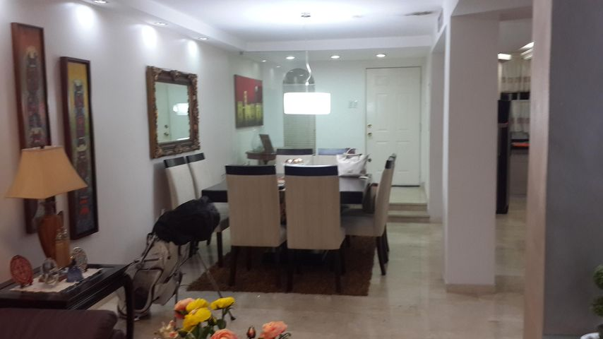Townhouse Zulia>Maracaibo>Fuerzas Armadas - Venta:330.000 Precio Referencial - codigo: 19-5763