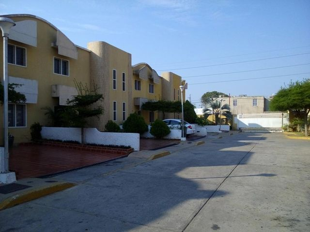 Townhouse Zulia>Maracaibo>Amparo - Alquiler:230 Precio Referencial - codigo: 19-7080