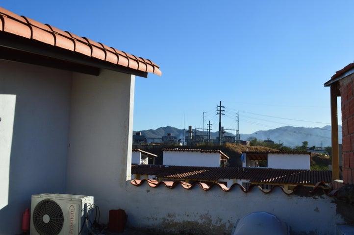 Townhouse Miranda>Guatire>San Francisco - Venta:30.000 Precio Referencial - codigo: 19-7136