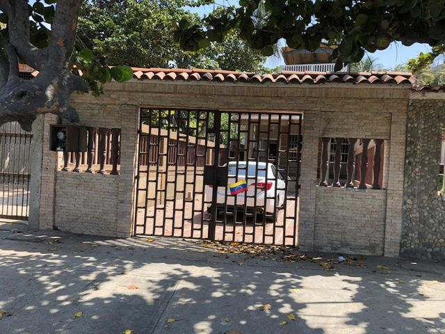 Casa Vargas>Catia La Mar>Playa Verde - Venta:55.000 Precio Referencial - codigo: 19-8255