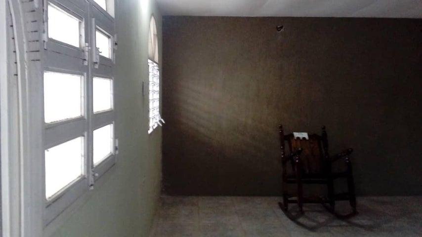 Casa Aragua>Palo Negro>Cincuentenaria en La Pica - Venta:6.500 Precio Referencial - codigo: 19-8930