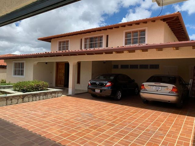 Casa Distrito Metropolitano>Caracas>Los Naranjos del Cafetal - Venta:300.000 Precio Referencial - codigo: 19-8979