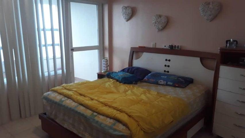 Apartamento Vargas>Catia La Mar>Playa Grande - Venta:90.000 Precio Referencial - codigo: 19-9167