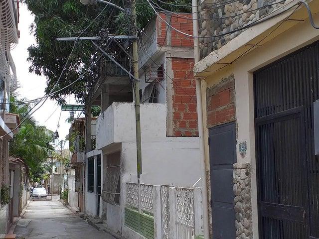 Casa Vargas>Catia La Mar>Jose A Paez - Venta:28.000 Precio Referencial - codigo: 19-11637