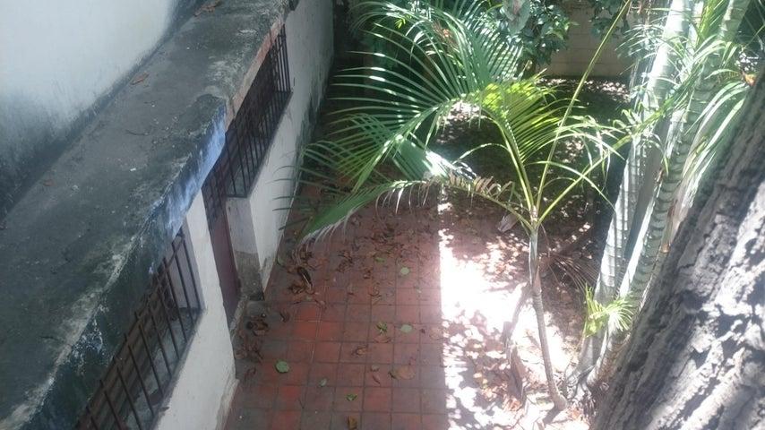 Casa Vargas>Catia La Mar>Ezequiel Zamora - Venta:30.000 Precio Referencial - codigo: 19-13465